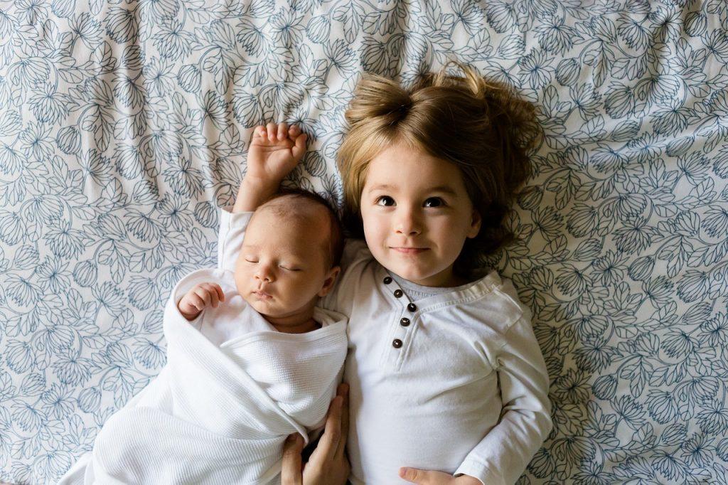 Małe i duże dzieci rodzeństwo